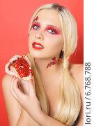 Купить «Блондинка с гранатом», фото № 6768788, снято 26 октября 2014 г. (c) Смирнова Лидия / Фотобанк Лори