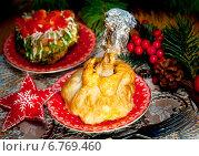 Купить «Куриная ножка в слоенном тесте к новогоднему столу и салат из печени», фото № 6769460, снято 20 декабря 2013 г. (c) ElenArt / Фотобанк Лори