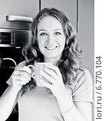 Купить «Портрет счастливой молодой женщины с чашкой в руках», фото № 6770104, снято 18 сентября 2013 г. (c) Валерия Потапова / Фотобанк Лори