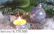 Купить «Блестящий елочный шар и горящая свечка», видеоролик № 6770500, снято 3 декабря 2009 г. (c) Куликов Константин / Фотобанк Лори