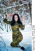 Молодая девушка в золотом костюме в заснеженном лесу. Стоковое фото, фотограф Андрей Шарашкин / Фотобанк Лори