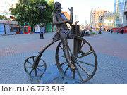 Купить «Артамонов восседает на велосипеде», эксклюзивное фото № 6773516, снято 30 июля 2014 г. (c) Анатолий Матвейчук / Фотобанк Лори