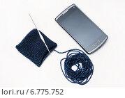 Купить «Рукоделие. Бисер, нанизанный на нить. Вязание крючком чехла для мобильного телефона», эксклюзивное фото № 6775752, снято 7 сентября 2014 г. (c) Dmitry29 / Фотобанк Лори