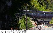 Поезд московского метрополитена едет по эстакаде к станции метро Измайловская. Стоковое видео, видеограф Арташес Оганджанян / Фотобанк Лори