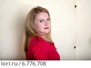 Портрет молодой блондинки в красной блузке. Стоковое фото, фотограф Андрей Шарашкин / Фотобанк Лори