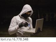 Hacker using laptop to steal identity. Стоковое фото, агентство Wavebreak Media / Фотобанк Лори