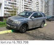 Купить «Машина, припаркованная на пешеходном тротуаре во дворе жилого дома на Новоксинской улице в Новокосине в Москве», эксклюзивное фото № 6783708, снято 26 апреля 2012 г. (c) lana1501 / Фотобанк Лори