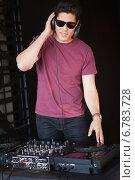 Купить «Cool dj in sunglasses spinning the decks», фото № 6783728, снято 27 июня 2014 г. (c) Wavebreak Media / Фотобанк Лори