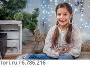 Девочка с елочными игрушками. Стоковое фото, фотограф Мария Мороз / Фотобанк Лори