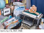 Купить «Беспорядок в квартире. Два пыльных принтера», эксклюзивное фото № 6787788, снято 6 декабря 2014 г. (c) Александр Щепин / Фотобанк Лори