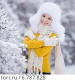 Купить «Молодая женщина позирует на открытом воздухе зимой», фото № 6787828, снято 19 июля 2019 г. (c) Александр Савченко / Фотобанк Лори