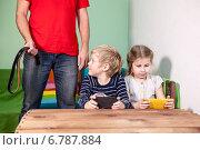 Купить «Сын смотрит на ремень в руках отца», фото № 6787884, снято 7 декабря 2014 г. (c) Кекяляйнен Андрей / Фотобанк Лори