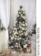 Новогодняя елка в светлом интерьере. Стоковое фото, фотограф Кравченко Юлия / Фотобанк Лори