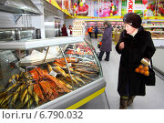 Купить «В продовольственном магазине. Витрина с морепродуктами.», фото № 6790032, снято 7 декабря 2014 г. (c) Валерий Митяшов / Фотобанк Лори