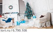 Рождественская елка в интерьере у камина с подарками. Стоковое фото, фотограф Оксюта Виктор / Фотобанк Лори