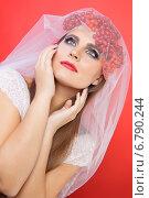 Купить «Девушка в фате с ягодами», фото № 6790244, снято 26 октября 2014 г. (c) Смирнова Лидия / Фотобанк Лори