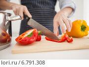 Купить «Woman slicing up red pepper», фото № 6791308, снято 20 июня 2014 г. (c) Wavebreak Media / Фотобанк Лори
