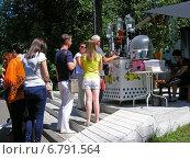 Купить «Люди стоят в очереди за газированной водой в розлив летом в Парке Горького в Москве», эксклюзивное фото № 6791564, снято 13 июля 2014 г. (c) lana1501 / Фотобанк Лори