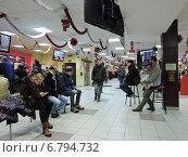 """Купить «Люди ожидают свою очередь в торговом зале магазина электроники """"Плеер.ру"""". Москва, ул. Мастеркова, 4», эксклюзивное фото № 6794732, снято 12 декабря 2014 г. (c) lana1501 / Фотобанк Лори"""