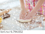 Купить «close up of female hands kneading dough at home», фото № 6794832, снято 21 января 2014 г. (c) Syda Productions / Фотобанк Лори