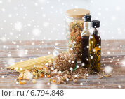 Купить «close up of olive oil bottles and pasta in jars», фото № 6794848, снято 21 января 2014 г. (c) Syda Productions / Фотобанк Лори