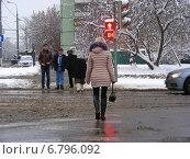 Купить «Молодая женщина переходит дорогу по пешеходному переходу на красный сигнал светофора. Байкальская улица, район Гольяново, Москва», эксклюзивное фото № 6796092, снято 11 декабря 2014 г. (c) lana1501 / Фотобанк Лори