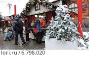 """Купить «Люди у палатки с сувенирами на ярмарке """"Путешествие в Рождество"""". Москва», эксклюзивное фото № 6798020, снято 13 декабря 2014 г. (c) lana1501 / Фотобанк Лори"""