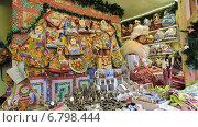 Купить «Продавец в палатке изделий из лосктков и сувенирной продукциии. ГУМ-ярмарка на Красной площади в Москве», эксклюзивное фото № 6798444, снято 13 декабря 2014 г. (c) lana1501 / Фотобанк Лори