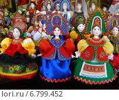 Купить «Авторские куклы ручной работы. ГУМ-ярмарка на Красной площади в Москве», эксклюзивное фото № 6799452, снято 12 декабря 2014 г. (c) lana1501 / Фотобанк Лори
