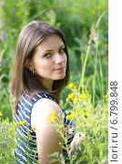 Купить «Портрет симпатичной девушки на летнем лугу», эксклюзивное фото № 6799848, снято 24 июля 2014 г. (c) Елена Коромыслова / Фотобанк Лори