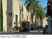 Вход на киностудию Warner Brothers в Лос-Анджелесе, Калифорния, Соединенные Штаты Америки (2014 год). Редакционное фото, фотограф Андрей Кочкин / Фотобанк Лори