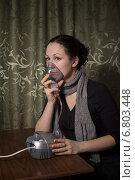 Молодая женщина делает ингаляцию при помощи небулайзера в домашних условиях. Стоковое фото, фотограф Андрей Шарашкин / Фотобанк Лори