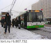 Купить «Пассажиры выходят из автобуса 8 маршрута в сильный снегопад. Улица Мастеркова. Москва», эксклюзивное фото № 6807732, снято 12 декабря 2014 г. (c) lana1501 / Фотобанк Лори