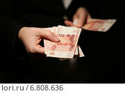 Женские руки с деньгами. Стоковое фото, фотограф Pavel Ivanov / Фотобанк Лори