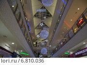 Торговый центр в новогодних украшениях (2014 год). Редакционное фото, фотограф Роман Полубояров / Фотобанк Лори