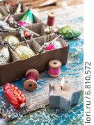 Купить «Горящая свеча, катушки с нитками и елочные игрушки в картонной коробке», фото № 6810572, снято 4 апреля 2020 г. (c) Николай Лунев / Фотобанк Лори