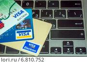 Банковские карты на клавиатуре ноутбука, эксклюзивное фото № 6810752, снято 17 декабря 2014 г. (c) Константин Косов / Фотобанк Лори