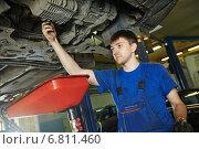 Купить «auto mechanic disassembling axle», фото № 6811460, снято 22 августа 2014 г. (c) Дмитрий Калиновский / Фотобанк Лори