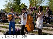 Купить «Berlin, Germany, the musicians play in the Wall Park in Prenzlauer Berg», фото № 6814360, снято 24 апреля 2011 г. (c) Caro Photoagency / Фотобанк Лори