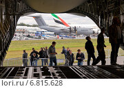 Купить «Schoenefeld, Germany, visitors in the cargo hold of a C-17 Globemaster III and the Airbus A400M transporter at the ILA 2012», фото № 6815628, снято 12 сентября 2012 г. (c) Caro Photoagency / Фотобанк Лори