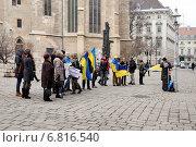 """""""Menschen sterben"""" (люди умирают). """"Виза кровавым украинским олигархам Клюеву и Азарову"""". Митинг """"за"""" Украину в Вене. Австрия (2014 год). Редакционное фото, фотограф stargal / Фотобанк Лори"""