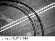 Купить «Следы от шин, пересекающие двойную сплошную разметку на дороге», фото № 6819144, снято 13 июля 2020 г. (c) EugeneSergeev / Фотобанк Лори