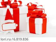 Купить «Белые подарочные коробки с красными бантами и звезда в новогоднем колпаке», фото № 6819836, снято 1 декабря 2013 г. (c) Иван Михайлов / Фотобанк Лори