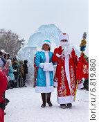 Купить «Дед Мороз и Снегурочка в красивых костюмах заходят на праздник в ледовый городок в Ангарске», эксклюзивное фото № 6819860, снято 20 декабря 2014 г. (c) Виктория Катьянова / Фотобанк Лори