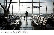 Купить «Красивая молодая женщина в аэропорту», фото № 6821340, снято 14 декабря 2018 г. (c) Mikhail Starodubov / Фотобанк Лори