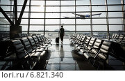 Купить «Красивая молодая женщина в аэропорту», фото № 6821340, снято 21 февраля 2019 г. (c) Mikhail Starodubov / Фотобанк Лори