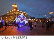 Купить «Светящаяся елочный шар-праздничное украшение на Пушкинской площади в Москве вечером», эксклюзивное фото № 6823012, снято 21 декабря 2014 г. (c) lana1501 / Фотобанк Лори