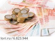 Российские деньги на белом фоне. Стоковое фото, фотограф Сергей Шолохов / Фотобанк Лори