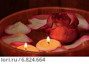 Лепестки роз, свечи и розы в миске с водой. Стоковое фото, фотограф Elena Molodavkina / Фотобанк Лори