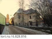 Дом на зимней узкой улице (2014 год). Редакционное фото, фотограф Марина Разгулина / Фотобанк Лори